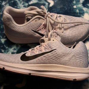 Women's Nike zoom winflo shoes
